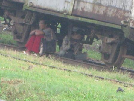 Dikolong gerbong kereta tua